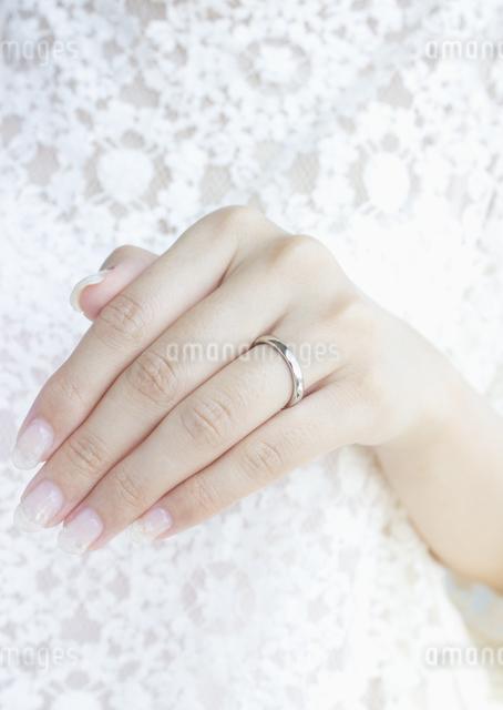 結婚指輪をした手の写真素材 [FYI03042121]