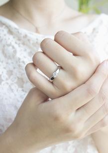 結婚指輪をした手の写真素材 [FYI03042123]