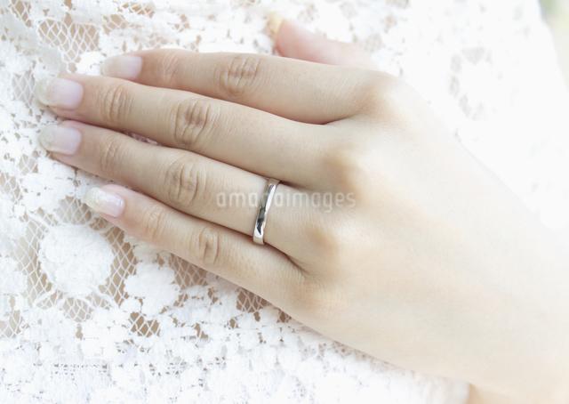 結婚指輪をした手の写真素材 [FYI03042125]