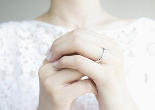 結婚指輪をした手の写真素材 [FYI03042127]