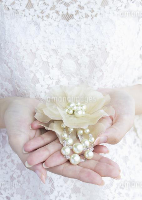 真珠のアクセサリーを持つ手の写真素材 [FYI03042128]