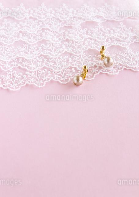 レースと真珠のイヤリングの写真素材 [FYI03042188]