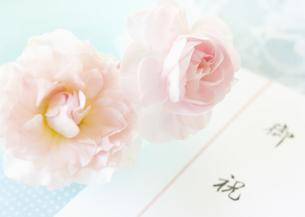 お祝いののし袋とバラの写真素材 [FYI03042208]