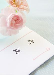 お祝いののし袋とバラの写真素材 [FYI03042210]