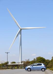 風力発電の風車と乗用車の写真素材 [FYI03042243]