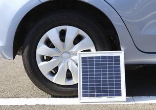 自動車のタイヤとソーラーパネルの写真素材 [FYI03042246]