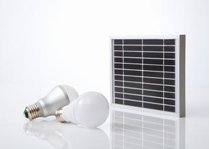 ソーラーパネルとLED電球の写真素材 [FYI03042270]
