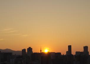 夕焼け空と町並の写真素材 [FYI03042360]