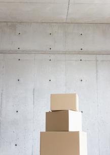コンクリートの壁と段ボール箱の写真素材 [FYI03042382]