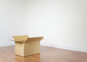 フローリングに置かれた段ボール箱の写真素材 [FYI03042393]