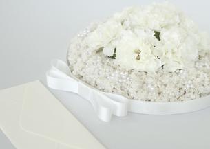 白い花のリースと封筒の写真素材 [FYI03042618]