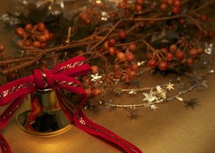 クリスマスベルと木の実のついた枝の写真素材 [FYI03042630]