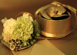 ギフトボックスに入ったコサージュと封筒と花束の写真素材 [FYI03042631]