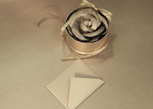 ギフトボックスに入ったコサージュと封筒の写真素材 [FYI03042632]