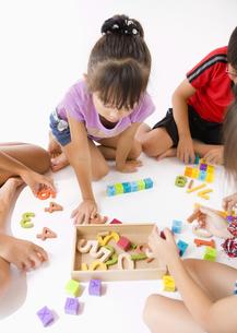 知育玩具で遊ぶ子供たちの写真素材 [FYI03042668]