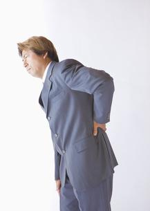 腰が痛いビジネスマンの写真素材 [FYI03042683]
