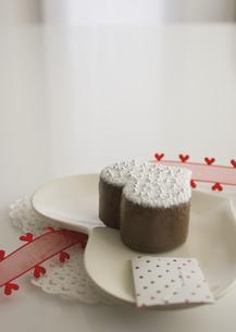 ハート形のチョコレートケーキとメッセージカードの写真素材 [FYI03042713]
