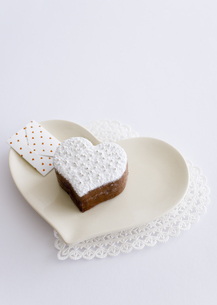 ハート形のチョコレートケーキとメッセージカードの写真素材 [FYI03042714]