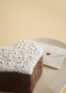 ハート形のチョコレートケーキとメッセージカードの写真素材 [FYI03042716]