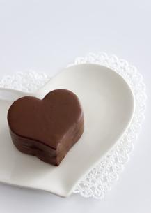 ハート形のチョコレートケーキとメッセージカードの写真素材 [FYI03042717]