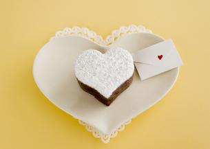 ハート形のチョコレートケーキとメッセージカードの写真素材 [FYI03042718]
