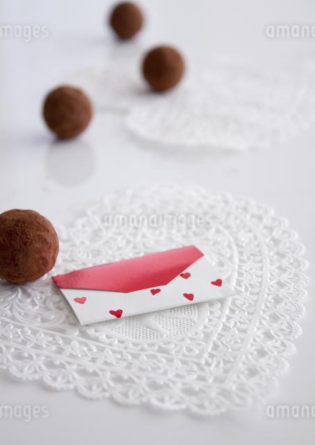 トリュフチョコレートとメッセージカードの写真素材 [FYI03042719]