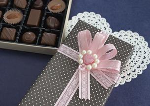 ギフトボックスとチョコレートの詰め合わせの写真素材 [FYI03042728]