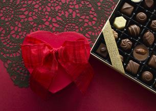 ハート形のギフトボックスとチョコレートの詰め合わせの写真素材 [FYI03042730]