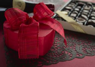 ハート形のギフトボックスとチョコレートの詰め合わせの写真素材 [FYI03042731]