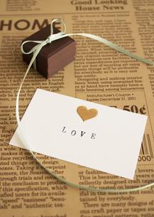 リボンのかかったチョコレートとメッセージカードの写真素材 [FYI03042748]