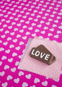 """""""Love""""の文字が入ったチョコレートの写真素材 [FYI03042759]"""