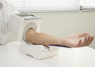 血圧を測る男性の写真素材 [FYI03042842]