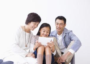 タブレットPCを使う親子の写真素材 [FYI03042885]