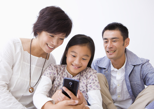 スマートフォンを使う親子の写真素材 [FYI03042890]