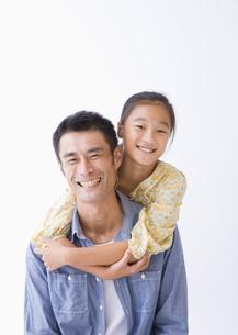 笑顔の父娘の写真素材 [FYI03042919]