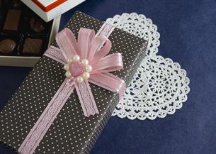 チョコレートとギフトボックスの写真素材 [FYI03043002]