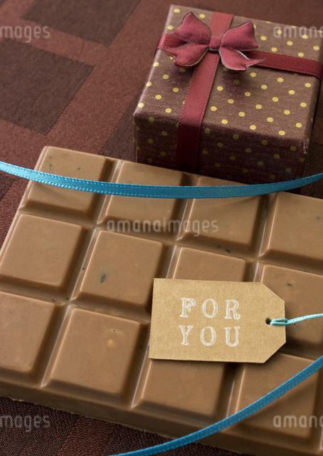 板チョコとギフトボックスの写真素材 [FYI03043005]