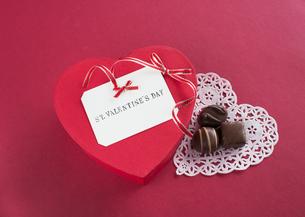 ハート形のギフトボックスとチョコレートの写真素材 [FYI03043008]