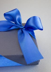 青いギフトボックスの写真素材 [FYI03043022]