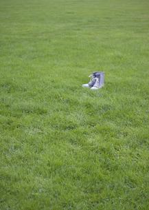 芝生の上のレインブーツの写真素材 [FYI03043054]