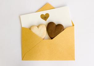 メッセージカードとハート形のクッキーの写真素材 [FYI03043114]