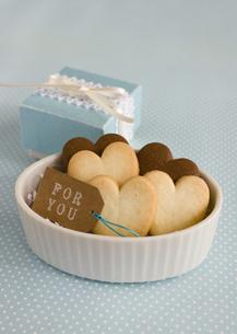 ハート形のクッキーとギフトボックスの写真素材 [FYI03043129]