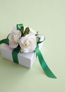 白いバラのギフトボックスの写真素材 [FYI03043145]