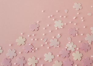 パステルカラーの桜とビーズの写真素材 [FYI03043306]