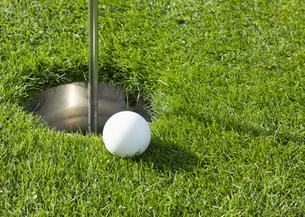 パークゴルフのボールとホールカップの写真素材 [FYI03043362]
