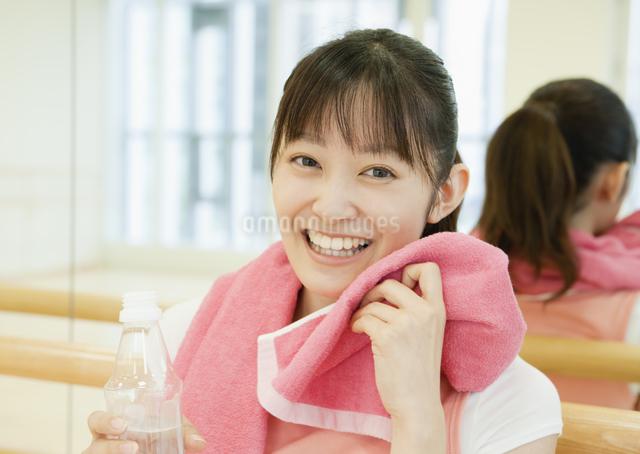 フィットネスジムで休憩する若い女性の写真素材 [FYI03043371]
