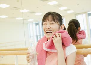 フィットネスジムで休憩する若い女性の写真素材 [FYI03043373]
