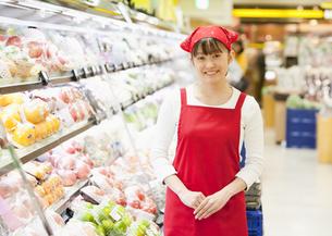 スーパーの店員の写真素材 [FYI03043387]