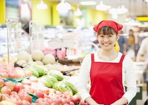 スーパーの店員の写真素材 [FYI03043393]