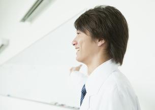 白衣を着た男性の写真素材 [FYI03043450]